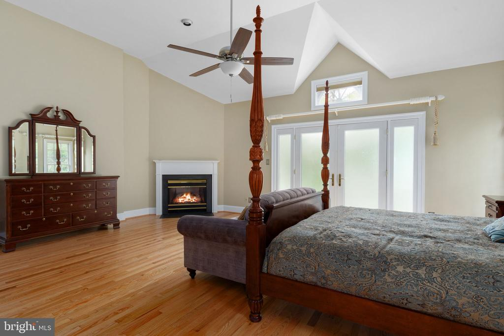 Primary Bedroom with Vaulted Ceiling & Fan - 2405 OAKMONT CT, OAKTON