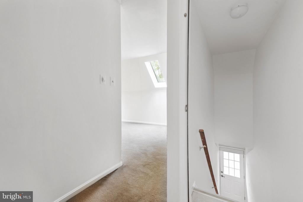 Upper Level Loft with Private Entrance - 2405 OAKMONT CT, OAKTON