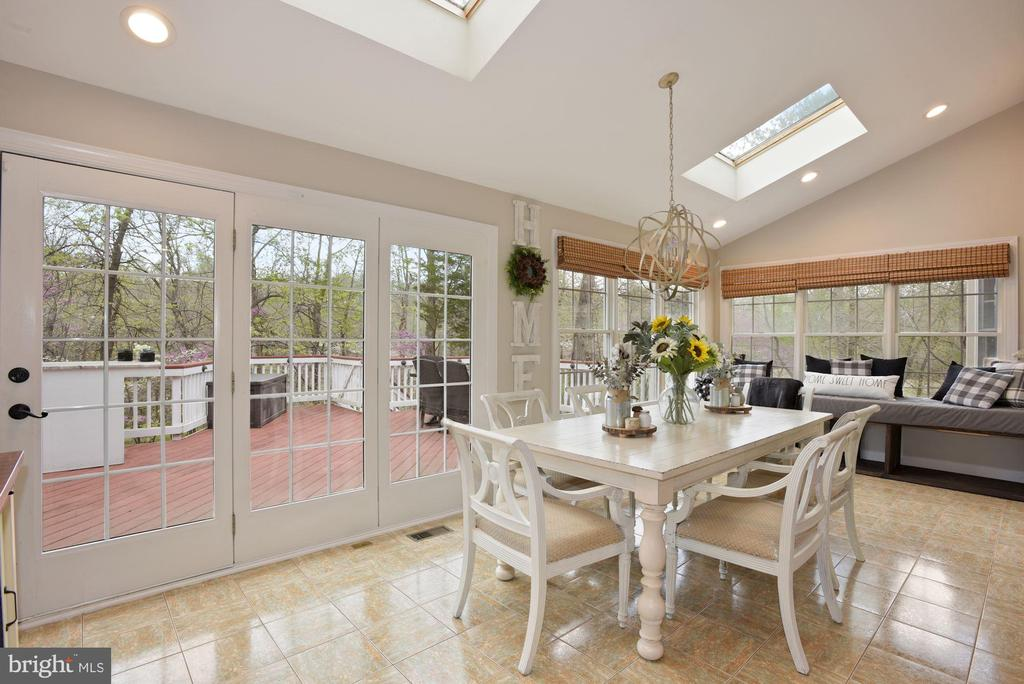 Sun-drenched Morning Room with Skylights - 19582 SARATOGA SPRINGS PL, ASHBURN