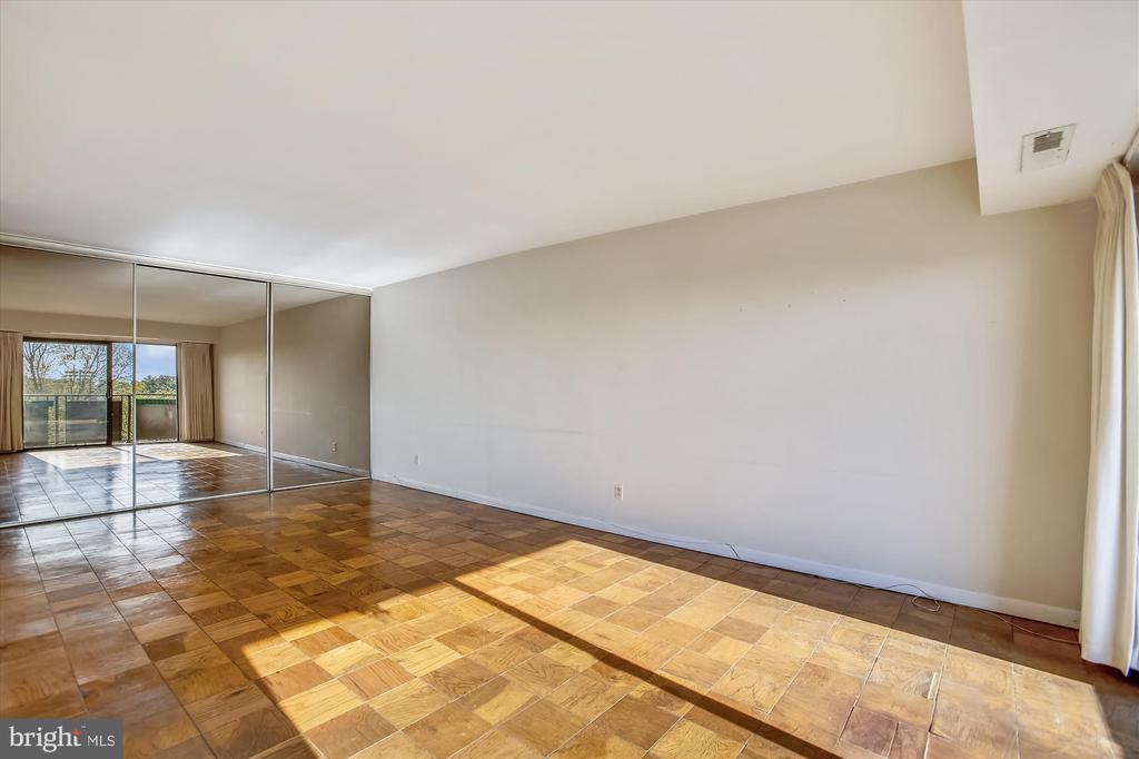 Living Room w/Mirrored Closet Doors - 3100 S MANCHESTER ST #612, FALLS CHURCH