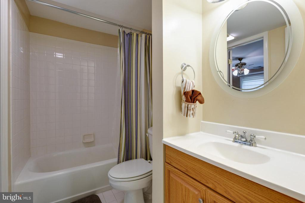 Full bathroom in basement - 14917 GLADIOLUS CT, WOODBRIDGE