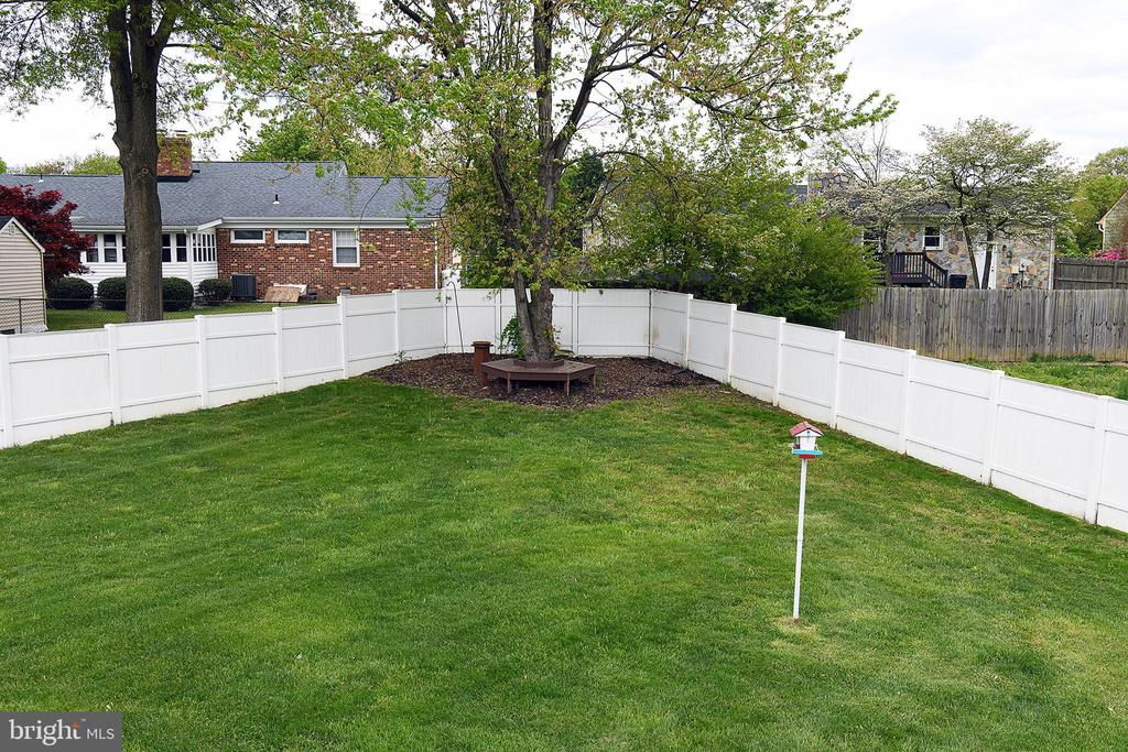 Back yard with seating area, vinyl privacy fence - 312 SYCAMORE DR, FREDERICKSBURG