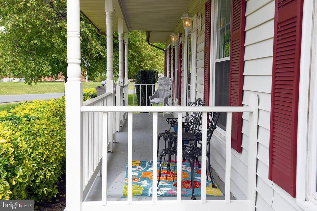 Plenty of room for front porch sitting - 312 SYCAMORE DR, FREDERICKSBURG