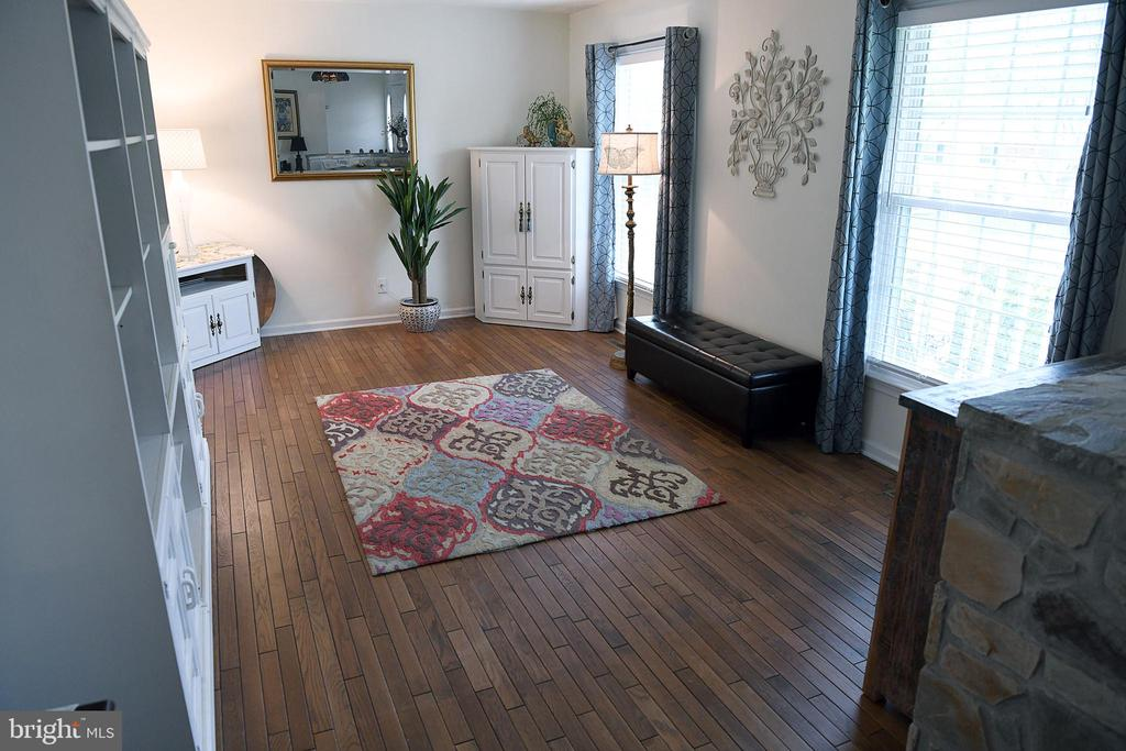 Enter to a super-sized living rm w/wood floors - 312 SYCAMORE DR, FREDERICKSBURG