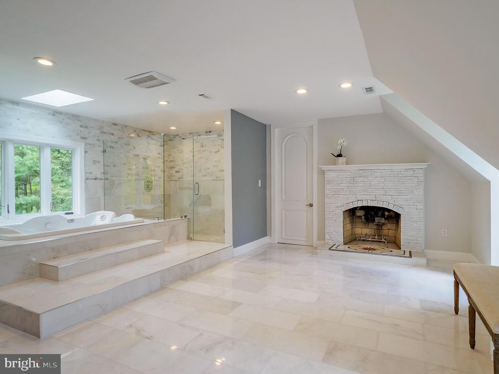 Spacious primary bath with soaking tub - 11009 HAMPTON RD, FAIRFAX STATION