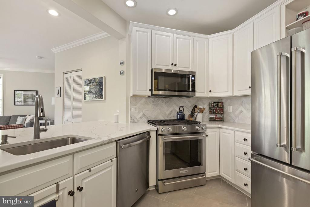 Fabulous white kitchen - 2310 14TH ST N #206, ARLINGTON
