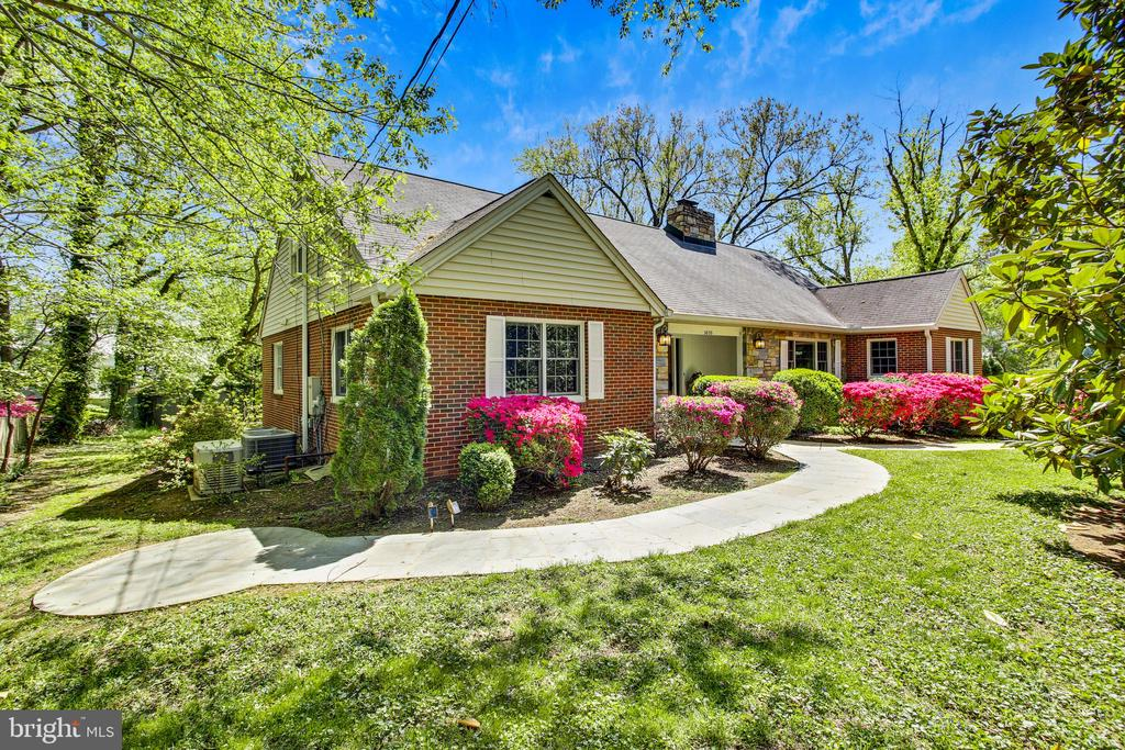 Beautiful front yard with mature trees - 3033 KNOLL DR, FALLS CHURCH