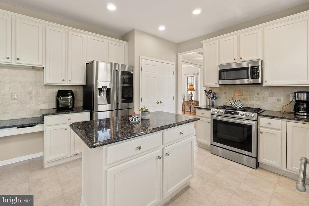 Tons of counter tops and cabinet space in kitchen - 2104 BEAR CREEK CT, FREDERICK