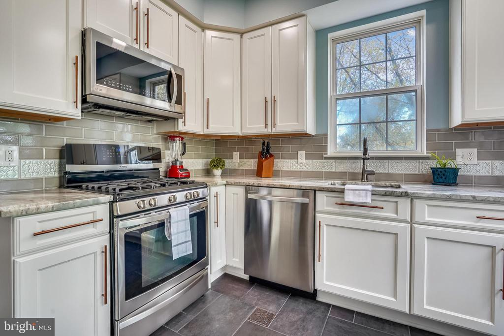 Soft-close cabinets and pull out drawers - 20933 CEDARPOST SQ #302, ASHBURN