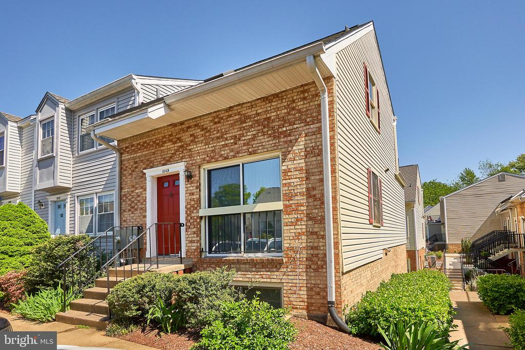 Live the easy life in this 2 bed/2 bath townhome! - 104-B N BEDFORD ST, ARLINGTON