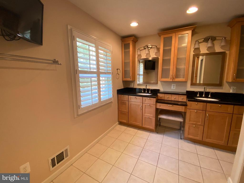 Gorgeous renovated MBA with double vanity - 1829 WAINWRIGHT DR, RESTON