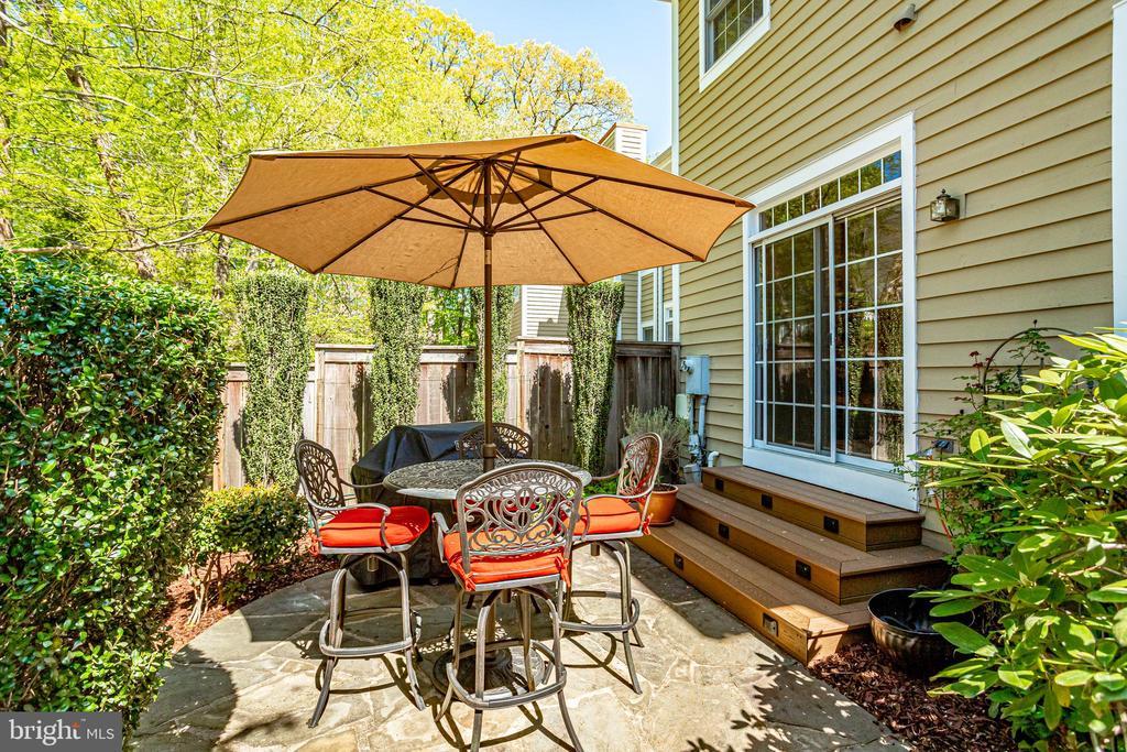 Cozy patio area - 1206 WOODBROOK CT, RESTON