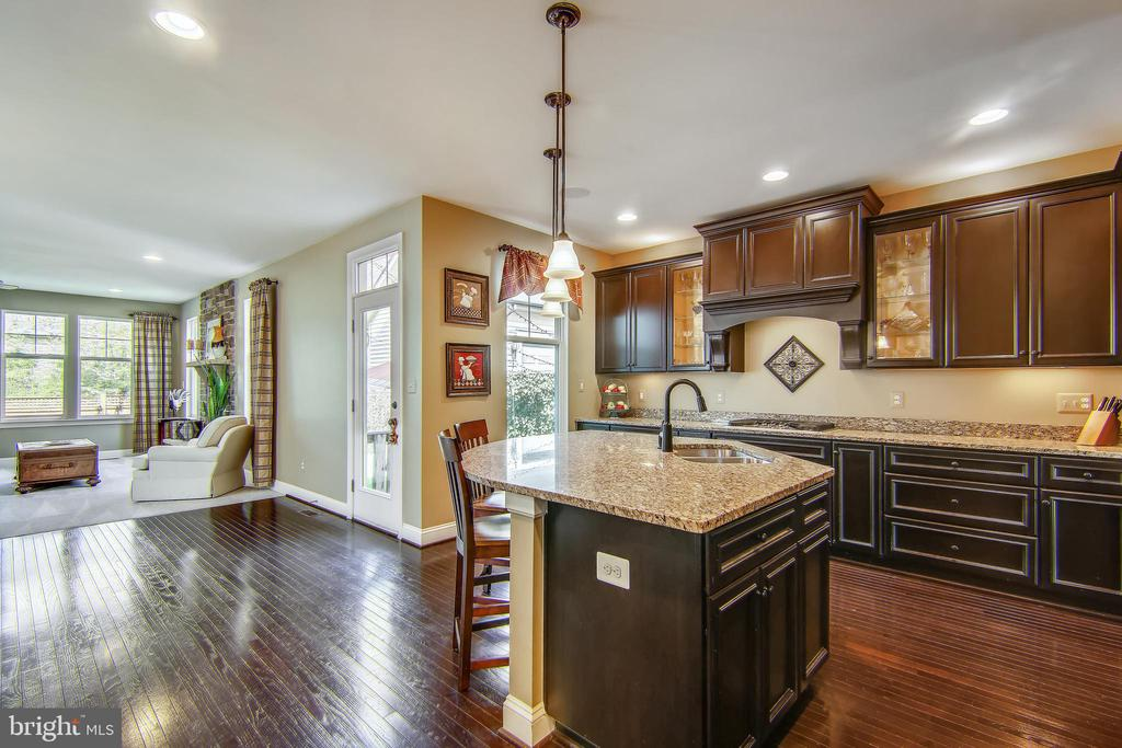 Light filled, open floor plan with ample storage - 23397 MORNING WALK DR, BRAMBLETON