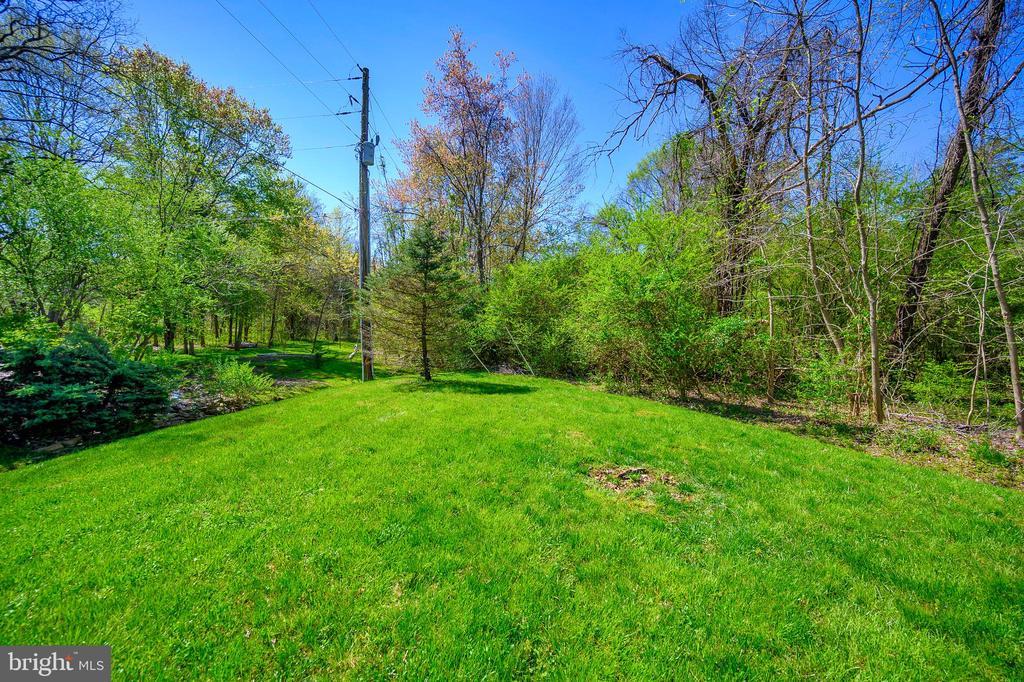 Beautifully landscaped yard - 609 STRATFORD CIR, LOCUST GROVE