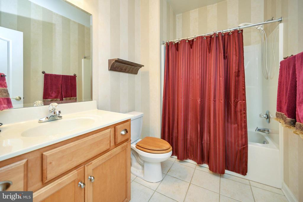 Hall full bath - 609 STRATFORD CIR, LOCUST GROVE