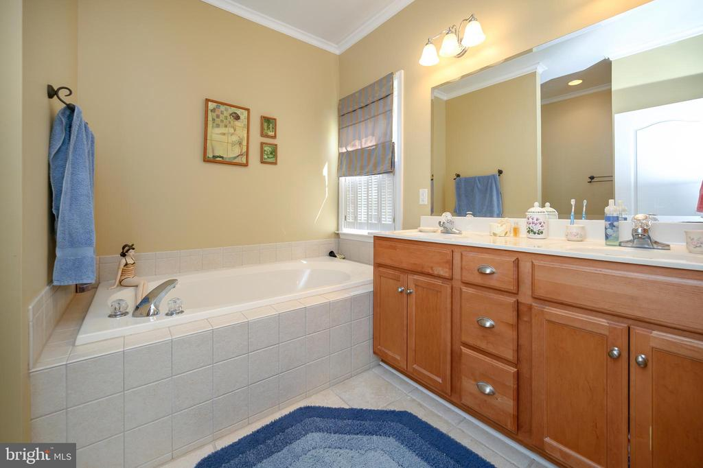 Relax the day away in the soaking tub - 609 STRATFORD CIR, LOCUST GROVE