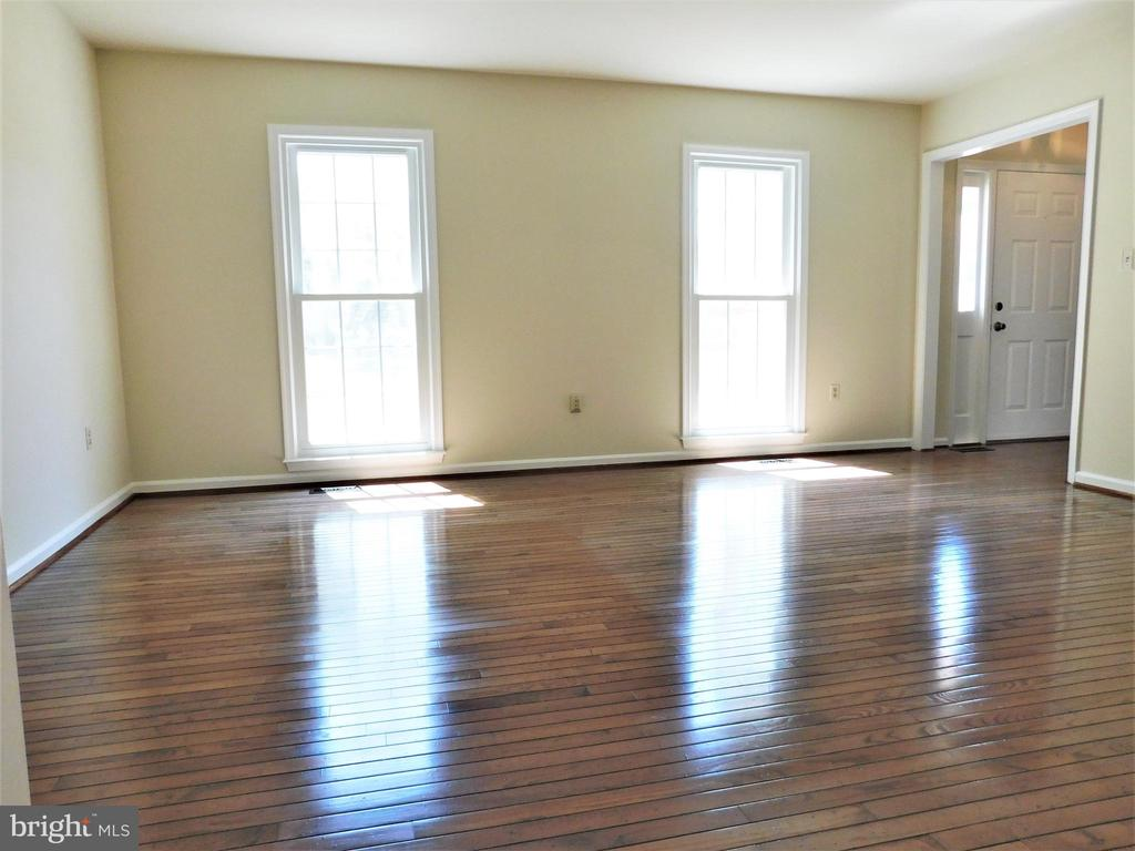 Bright LR with newer EZ-clean  tilt windows - 12520 BROWNS FERRY RD, HERNDON