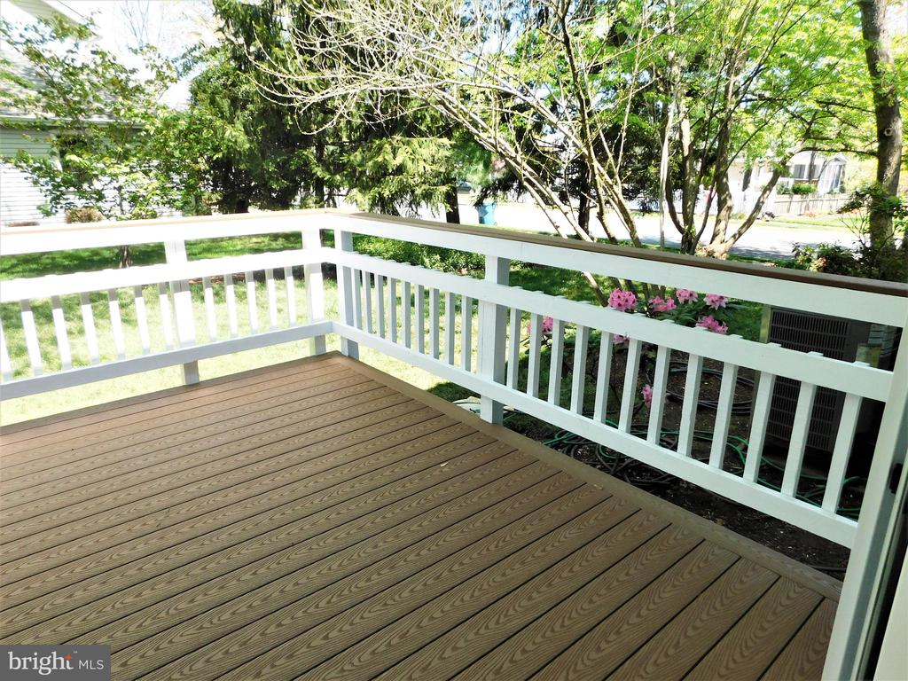 Low maintenance Trex deck overlooks back yard - 12520 BROWNS FERRY RD, HERNDON