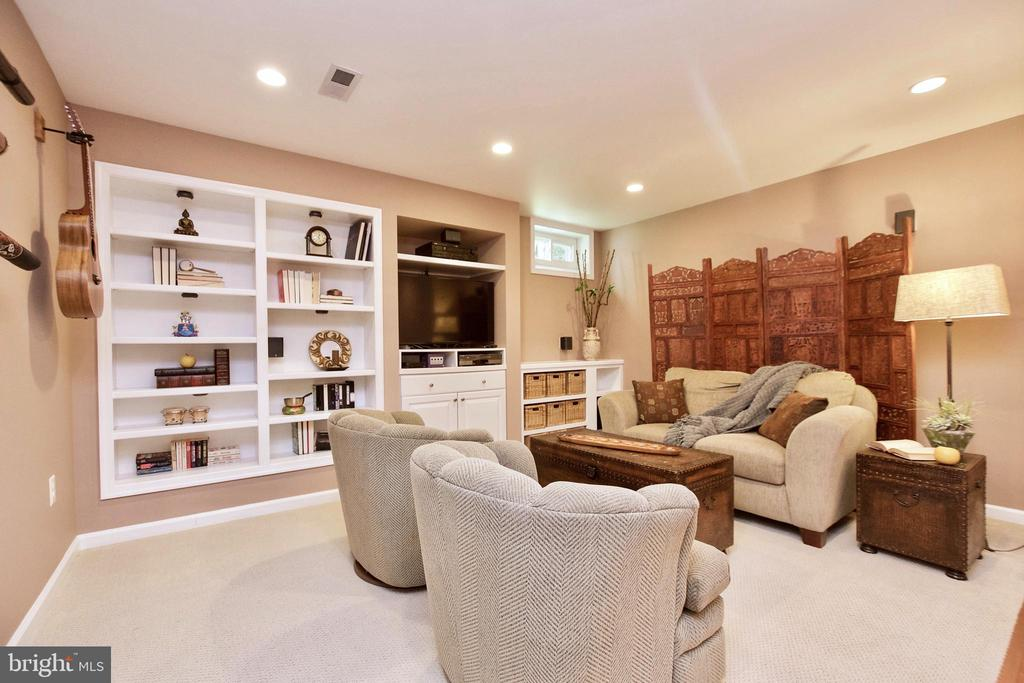 Built in bookcases - 20766 RIVERBIRCH PL, STERLING
