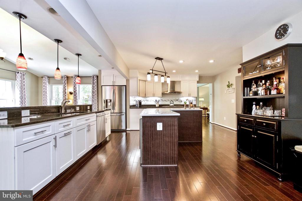 Lots of Lighting & Counterspace! - 20766 RIVERBIRCH PL, STERLING