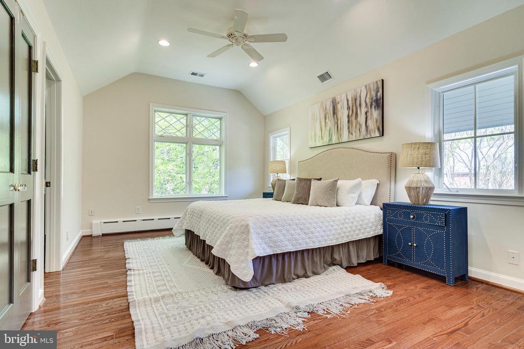 Beautiful owner's suite - 2238 MERIDIAN ST, FALLS CHURCH