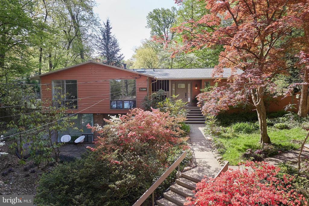 Nestled into a wooded, landscaped cul de sac - 11530 HIGHVIEW AVE, SILVER SPRING