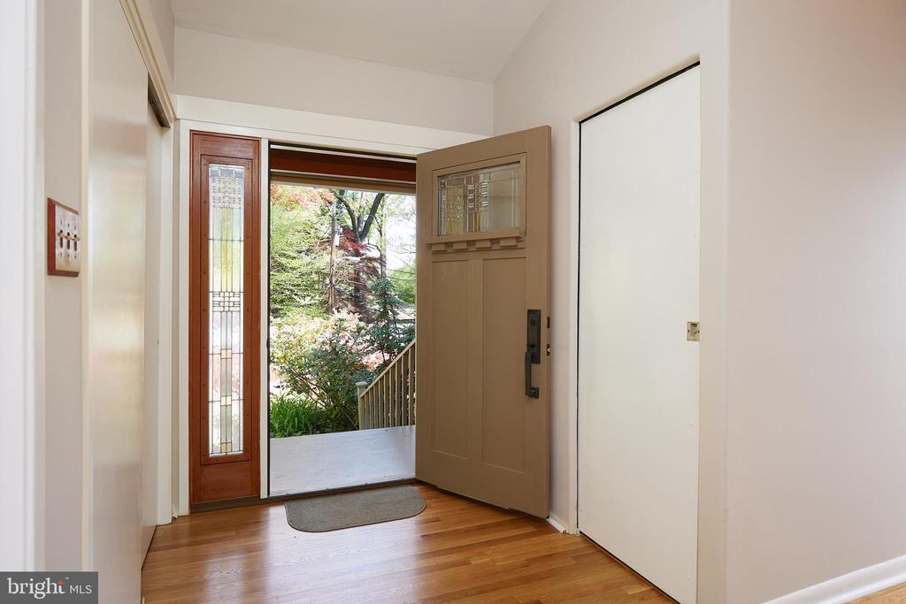 Upper level entryway - 11530 HIGHVIEW AVE, SILVER SPRING