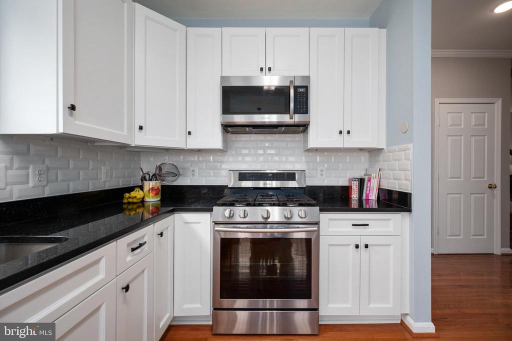 Beautiful tiled backsplash & granite countertops. - 4 CATHERINE LN, STAFFORD
