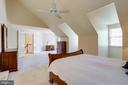 Enjoy the space in the primary bedroom - 20631 BRIDGEPORT CT, STERLING