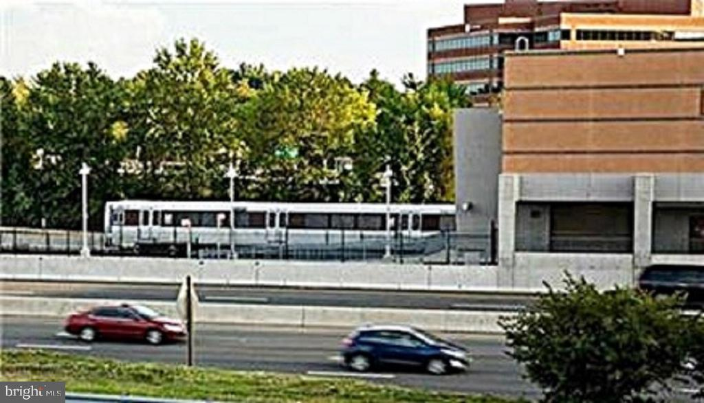 Near Metro stops, hi-speed bus service to DC - 12520 BROWNS FERRY RD, HERNDON