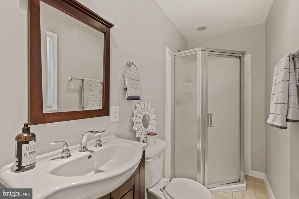 Main Level Full Bath - 7608 MANOR HOUSE DR, FAIRFAX STATION