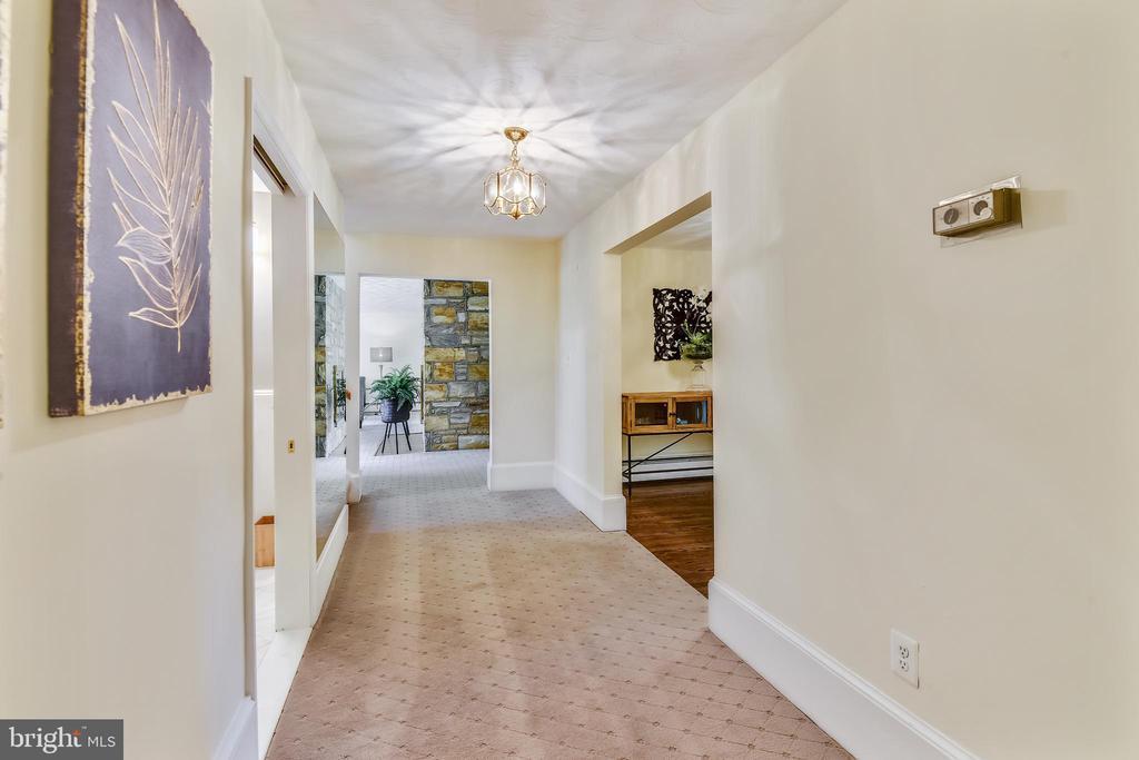 Hallway to main level master bedroom - 3033 KNOLL DR, FALLS CHURCH