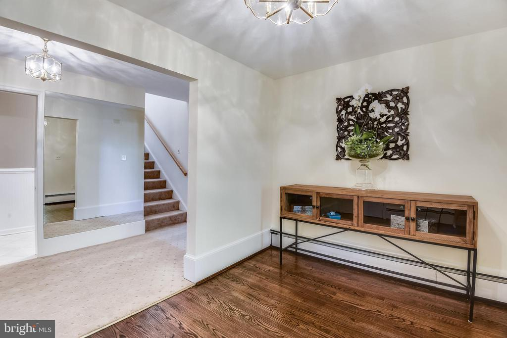 Foyer with guest closet - 3033 KNOLL DR, FALLS CHURCH