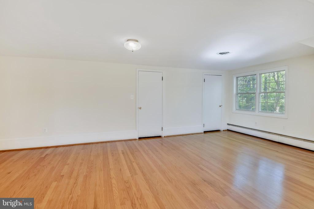 Bedroom #1 with plenty of closet space - 3033 KNOLL DR, FALLS CHURCH