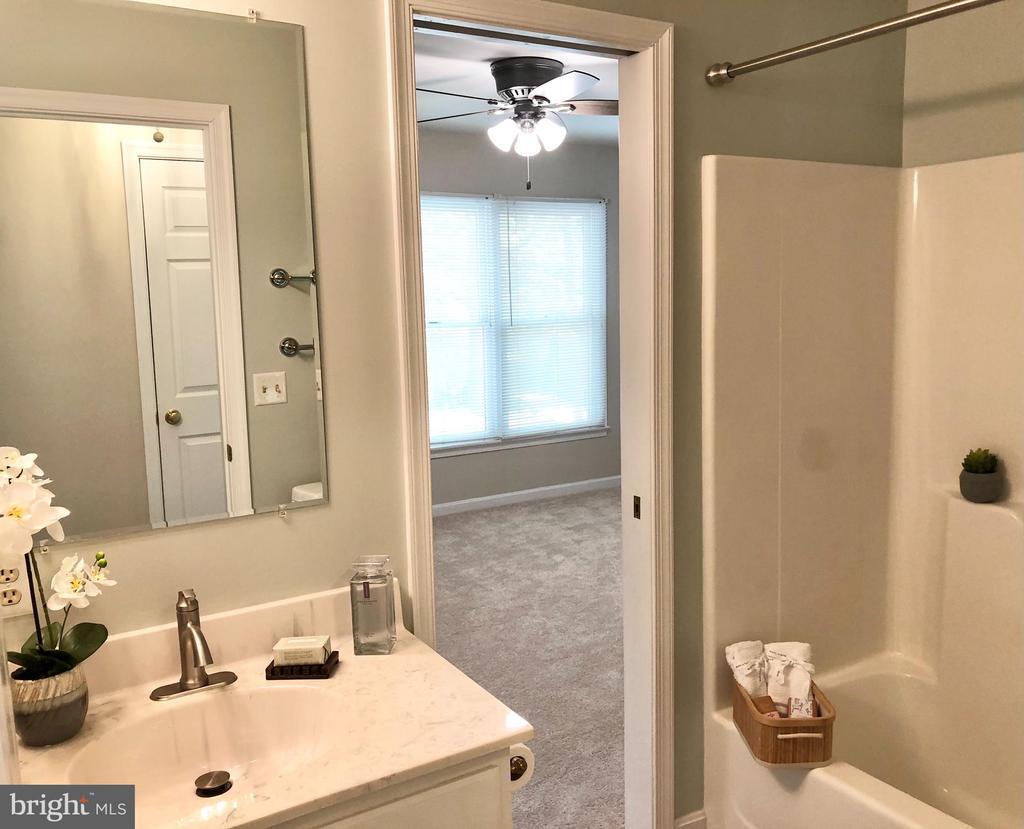 Guest bath! - 222 BIRDIE RD, LOCUST GROVE