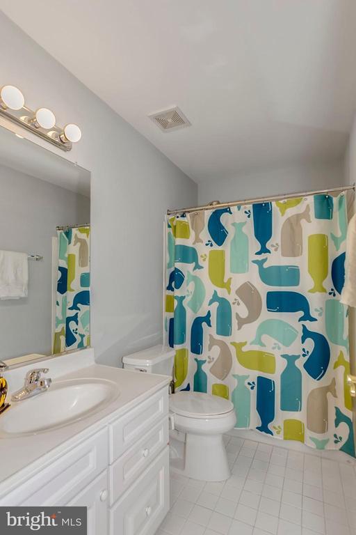 2nd Full Bathroom on Upper Level - 122 BALCH SPRINGS CIR SE, LEESBURG
