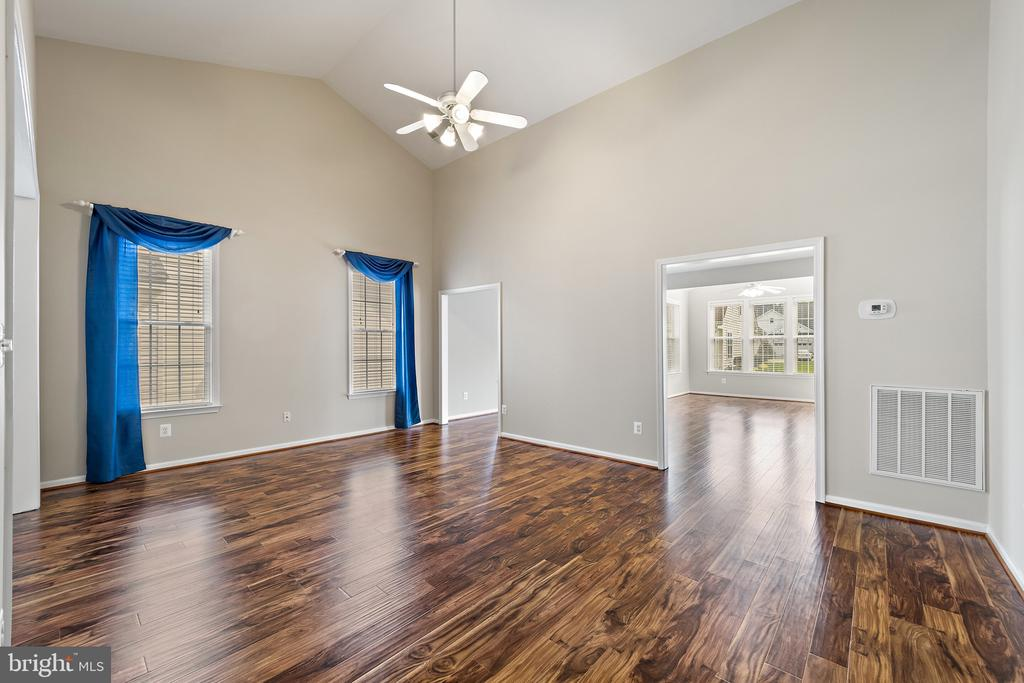 Living room w/vaulted ceiling - 6293 CULVERHOUSE CT, GAINESVILLE