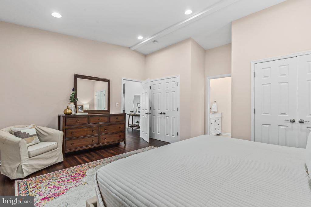 With 2 closets! - 304 BERRY ST SE, VIENNA