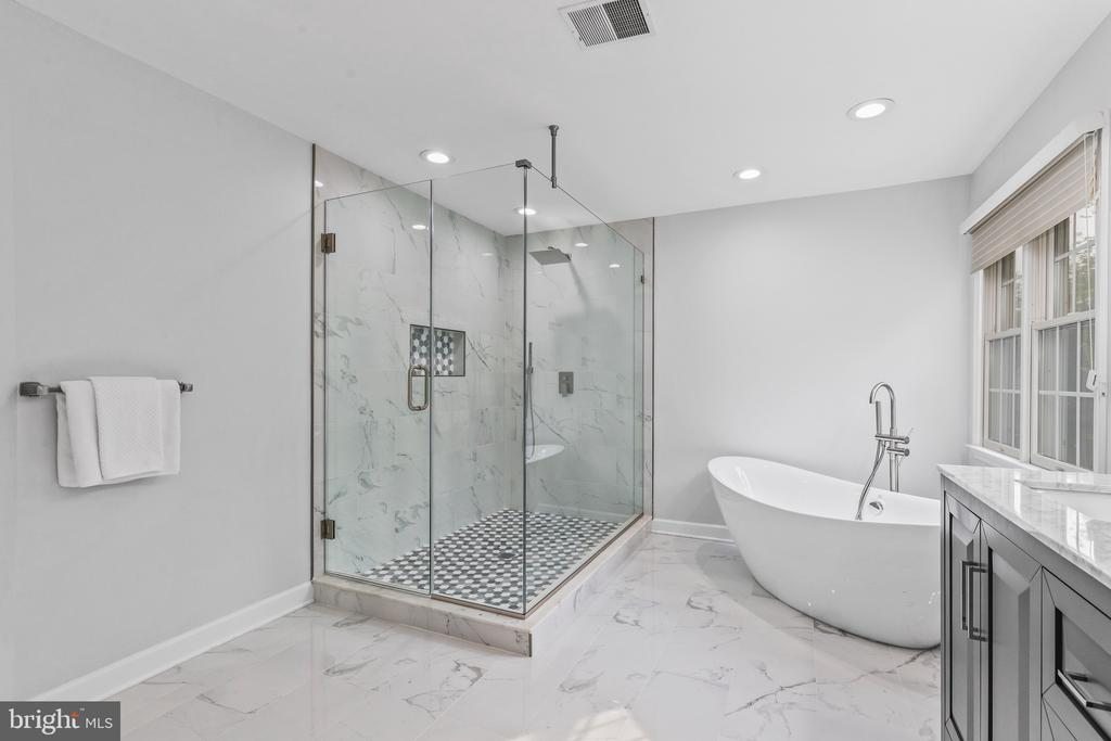 Large shower! - 304 BERRY ST SE, VIENNA