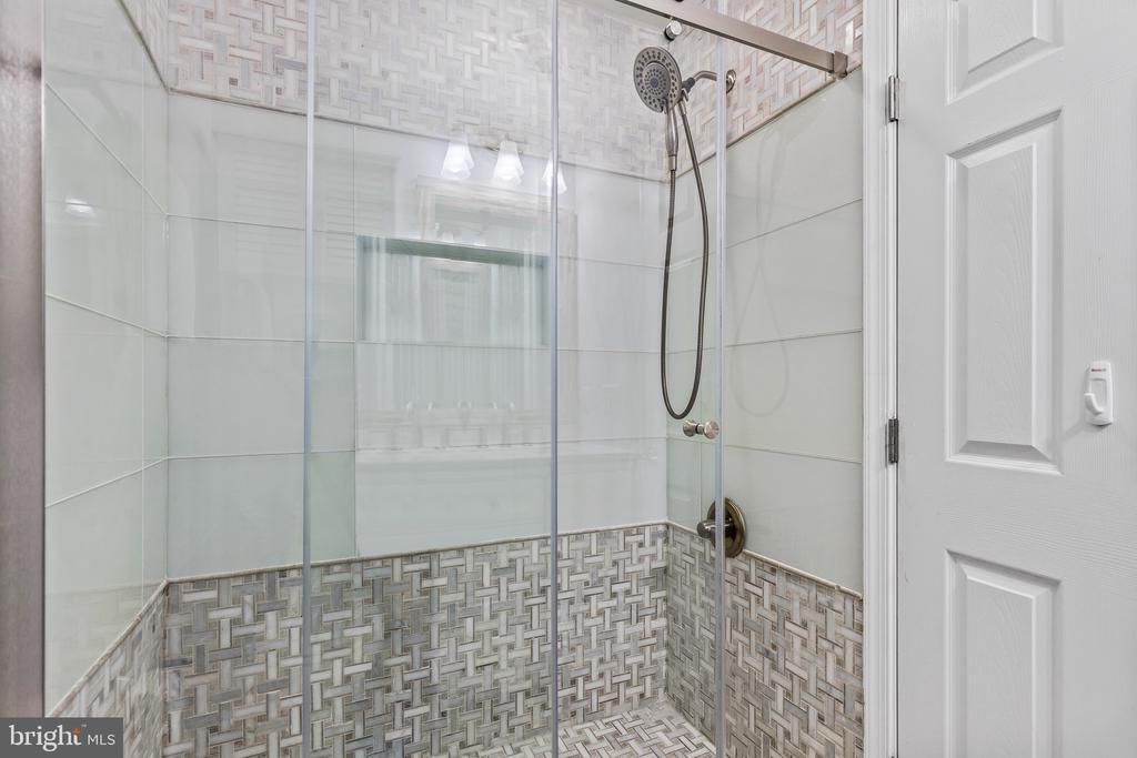 Updated attached bathroom! - 304 BERRY ST SE, VIENNA
