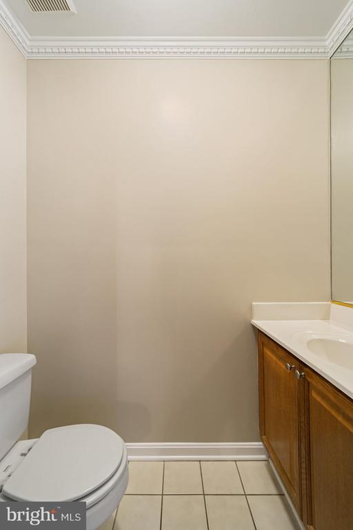 Main level powder room - 8104 CREEKVIEW DR, SPRINGFIELD