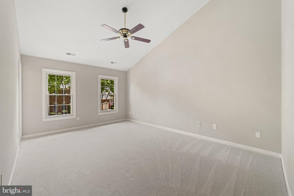 Master bedroom w/vaulted ceiling - 8104 CREEKVIEW DR, SPRINGFIELD