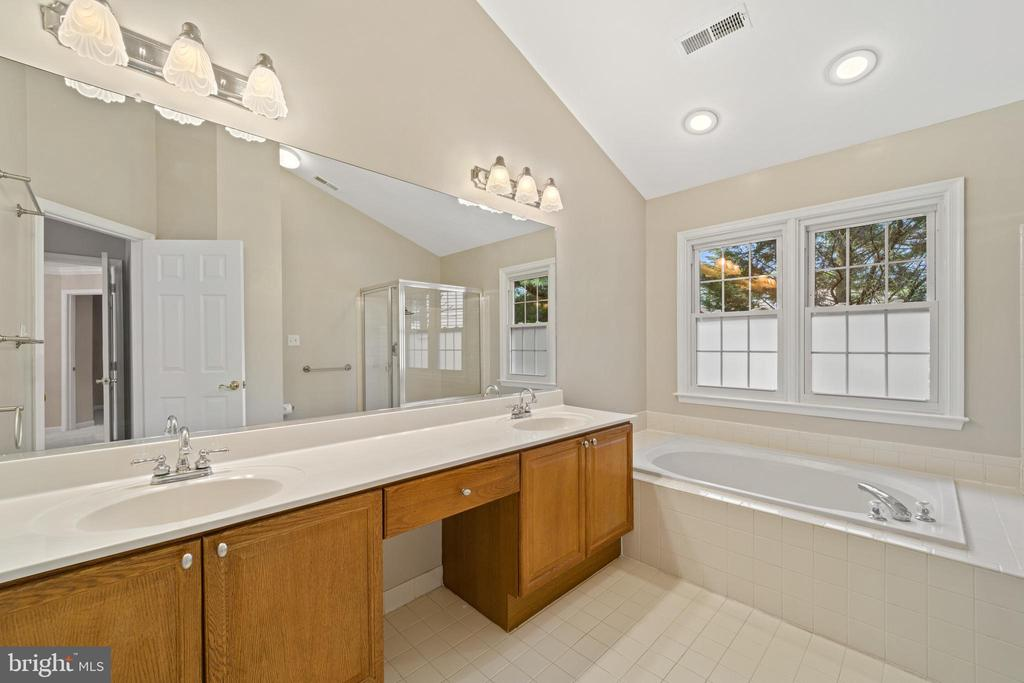 Master bath - 8104 CREEKVIEW DR, SPRINGFIELD