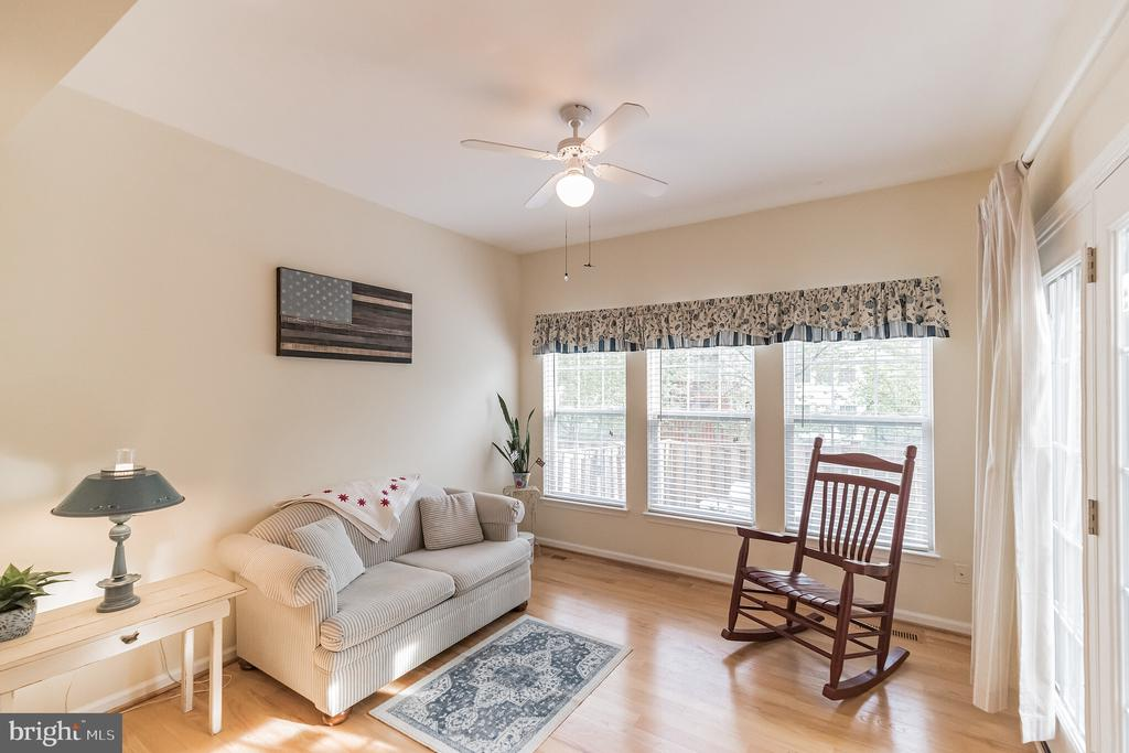 Sun fill Sunroom to cozy up to a book - 43017 EUSTIS ST, CHANTILLY
