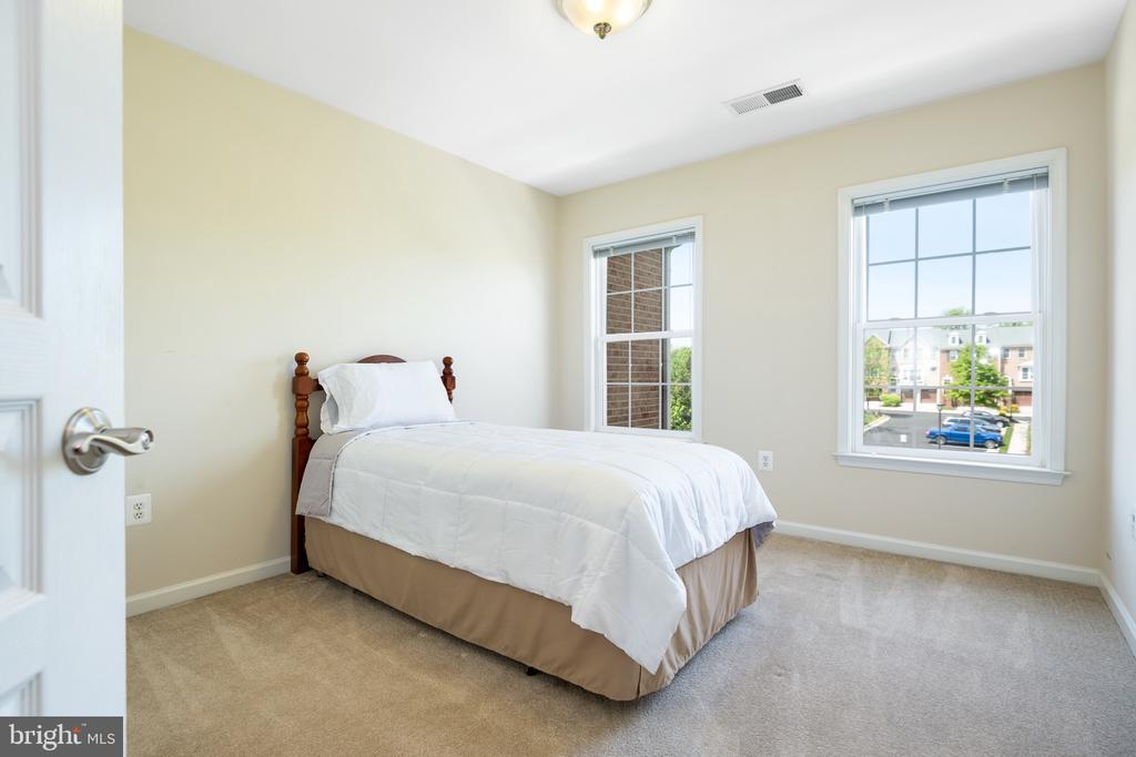 Each bedroom is outfitted with sleek blinds - 115 GRACIE PARK DR, HERNDON
