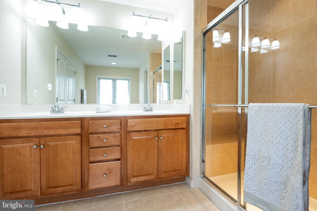 Double Vanity with plenty of counter space - 115 GRACIE PARK DR, HERNDON