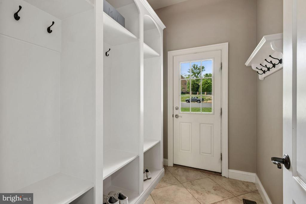 Mud room leading into kitchen - 3701 MAPLE HILL RD, FAIRFAX