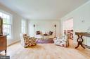 Large, bright freshly painted living room - 19 GRISWOLD CT, POTOMAC FALLS