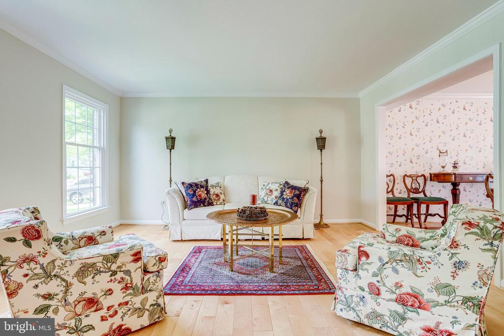 Welcoming elegant living room leads to dining room - 19 GRISWOLD CT, POTOMAC FALLS