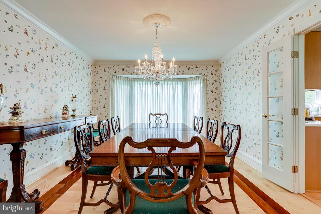 Dining room with bay window overlooking backyard - 19 GRISWOLD CT, POTOMAC FALLS